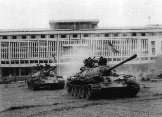 1975년 4월 30일 사이공 함락 당시 북베트남군은 월남의 상징인 대통령궁을 T-54/55 전차로 가장 먼저 장악했다/출처=베트남근현대사연구소