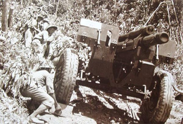 험준한 산위로 박격포를 운반